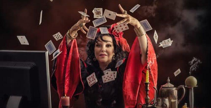 voyance-au-feminin-ch-les-oracles-outils-de-divination