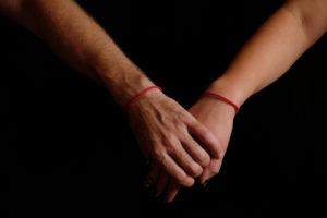 voyance-au-feminin-fil-rouge-amour-mains-reliees